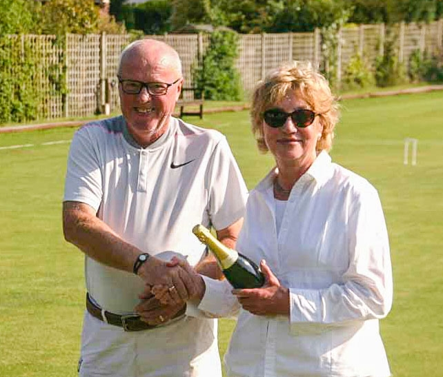 2018 President Colin Irwin presents the Egyptian Winner prize to Carol Steinberg, (Bowdon May Handicap).  (Photo: John Lucas)