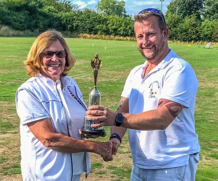 Manager Chris Alvey presents the 2018 Millenium Handicap Runners Up Trophy to Sue Pritchard (Westmorland)