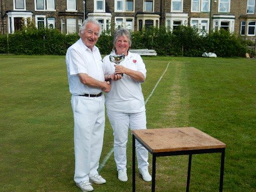 Barry Keen presents Pendle B Level Trophy to Liz Wilson (photo: Peter Wilson)